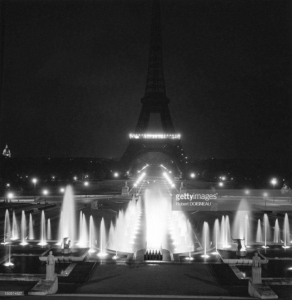 1951. Фонтаны Трокадеро ночью на фоне Эйфелевой башней