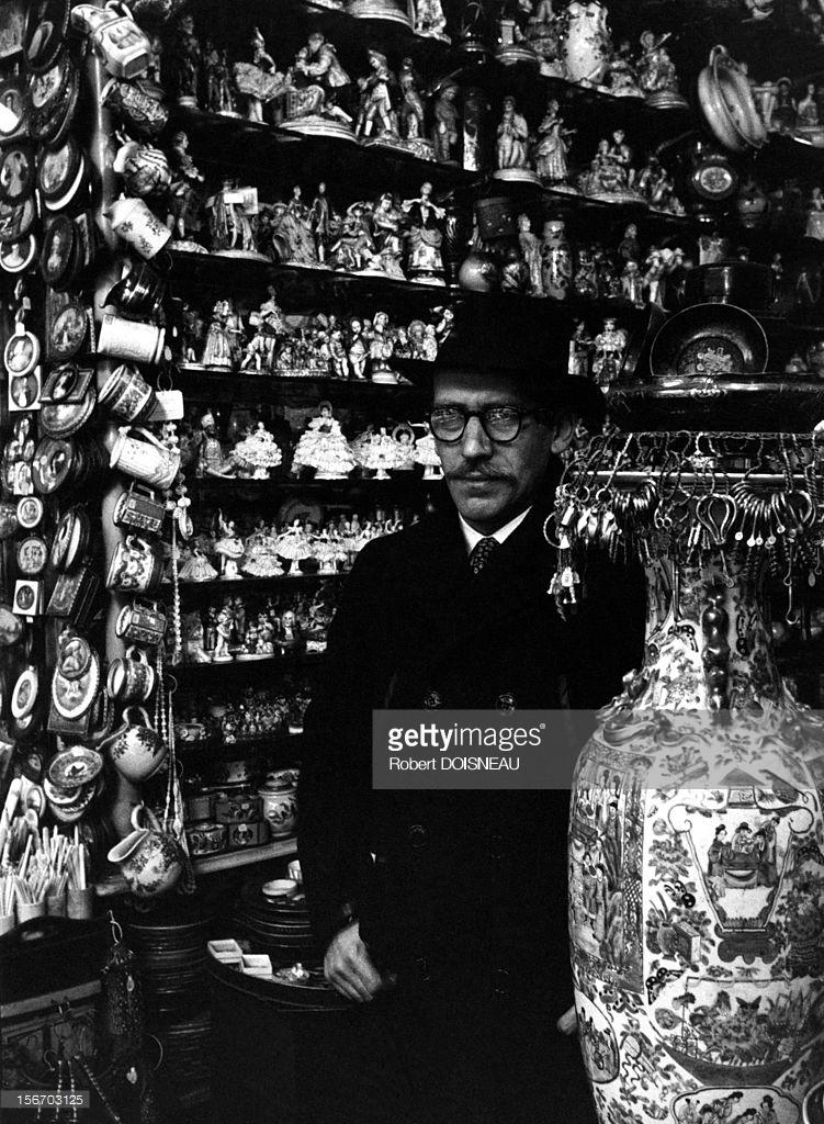 1953. Сол Стейнберг, родившийся в еврейской семье в Румынии американский художник-карикатурист в лавке фарфоровых изделий на улице Пти-Шам.