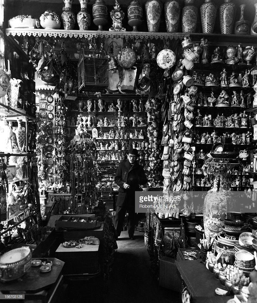 1953. Сол Стейнберг, родившийся в еврейской семье в Румынии американский художник-карикатурист в лавке фарфоровых изделий на улице Пти-Шам