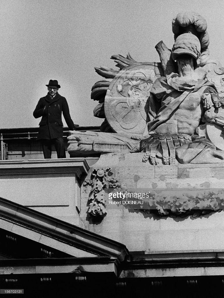 1953. Сол Стейнберг, родившийся в еврейской семье в Румынии американский художник-карикатурист на крыше отеля Crillon в Париже