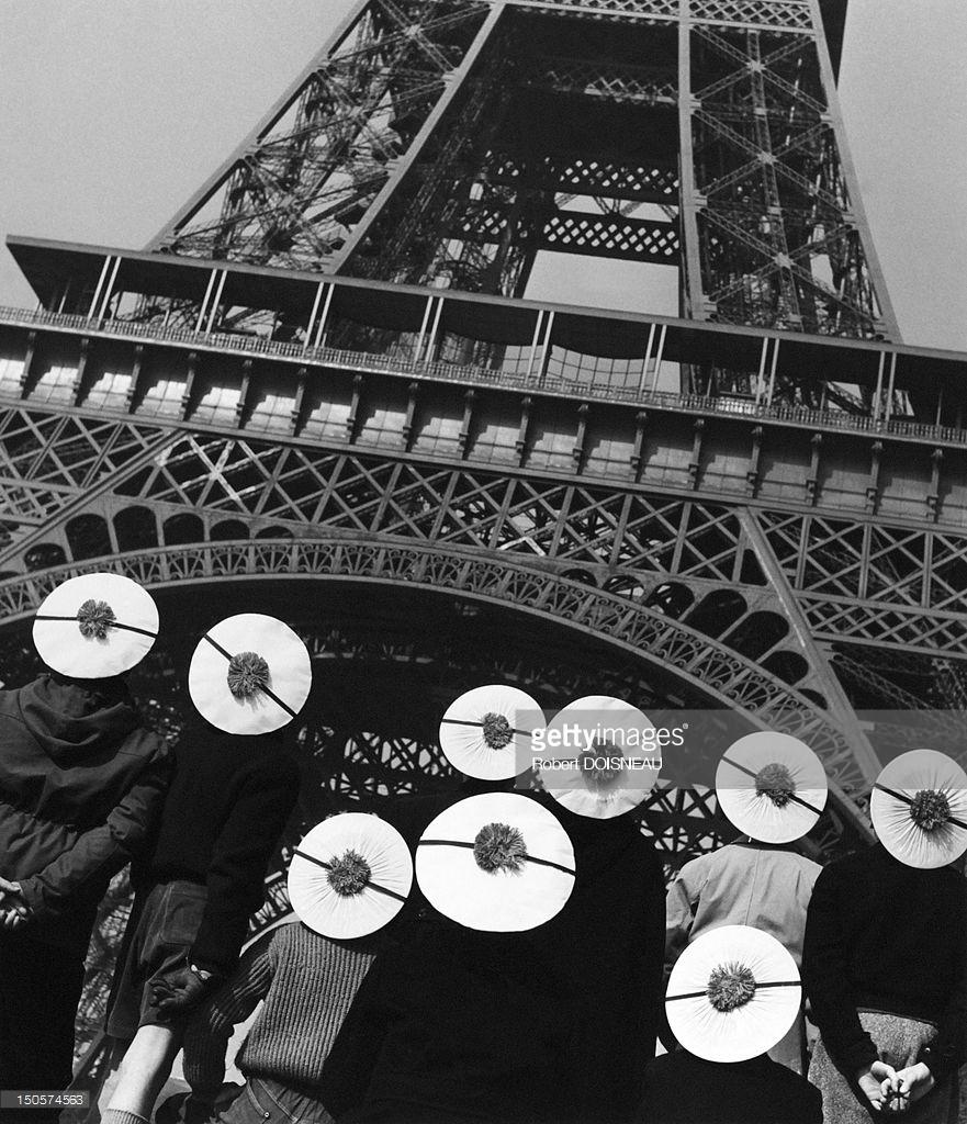 1955. Люди перед Эйфелевой башней