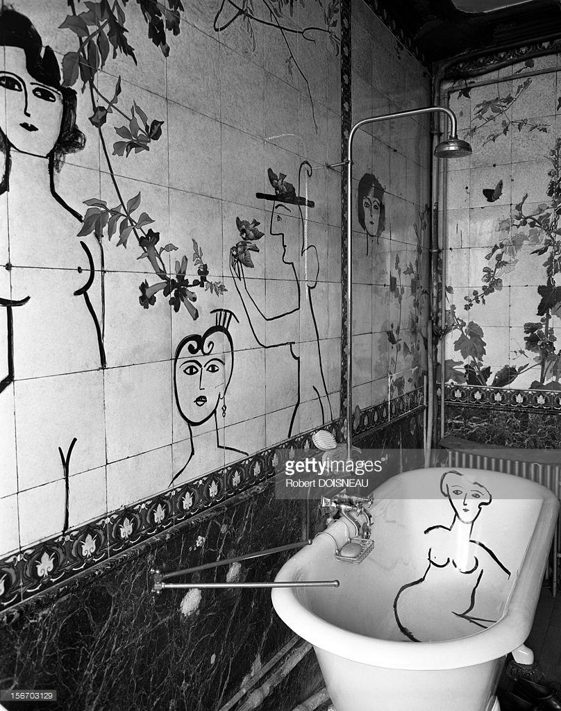 1955. Сол Стейнберг, родившийся в еврейской семье в Румынии американский художник-карикатурист в ванной комнате одной из его друзей.