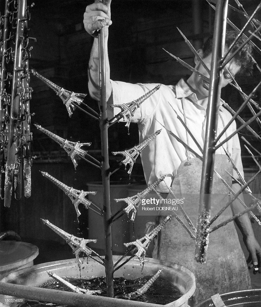 1963. Фабрика по изготовлению миниатюрных сувениров Эйфелевой башни. Бульвар Ришар-Ленуар