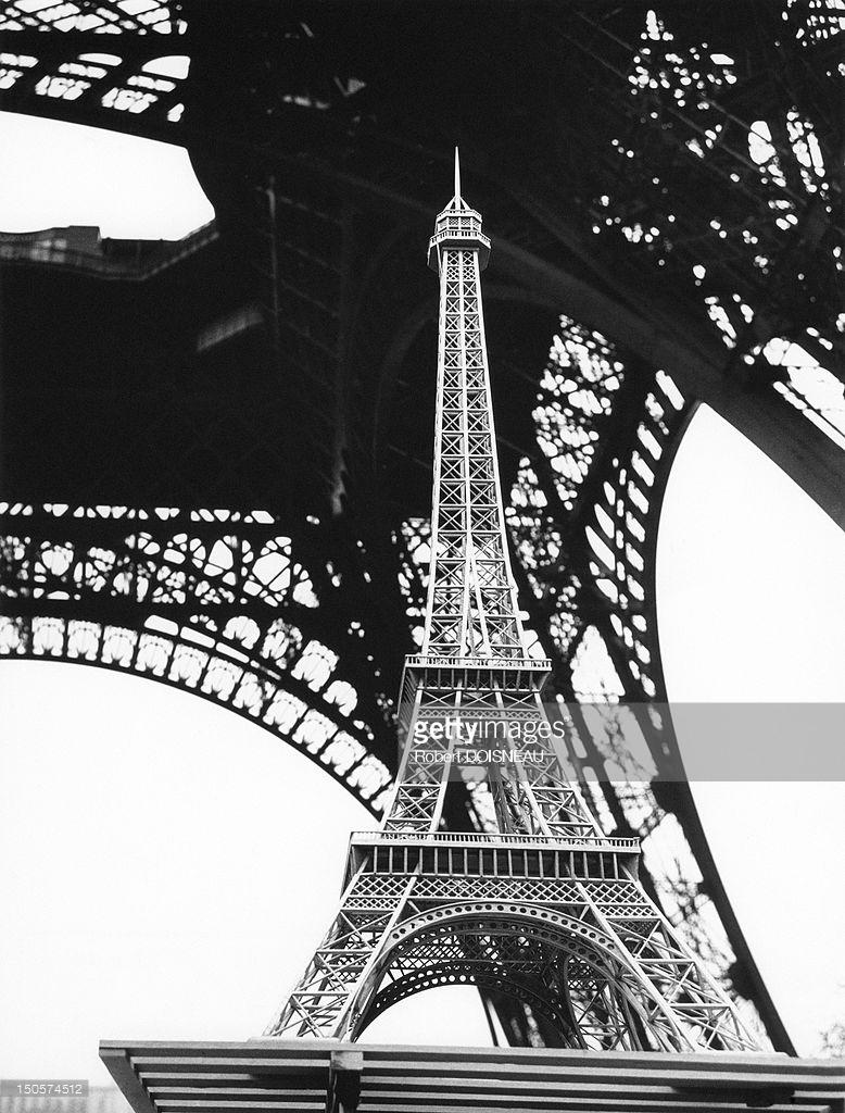1964. Миниатюрная копия Эйфелевой башни перед настоящей