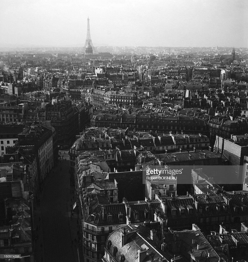 1970. Вид с воздуха на крыши Парижа и Эйфелеву башню
