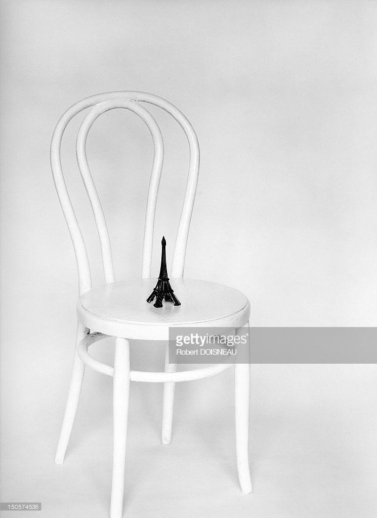1973. Миниатюрная Эйфелевая башня на стуле