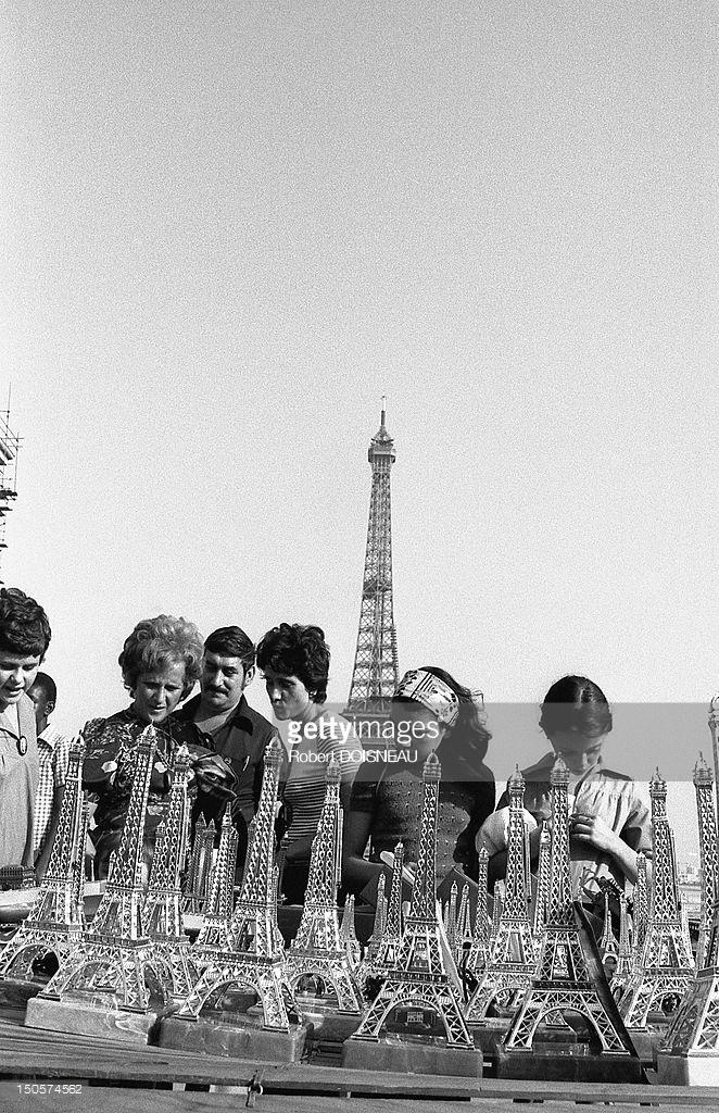 1975. Сувениры в виде миниатюрной Эйфелевой башни в Трокадеро