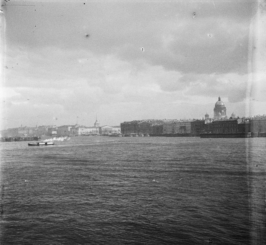 Здание Биржи и Нева, увиденная с Александровского моста