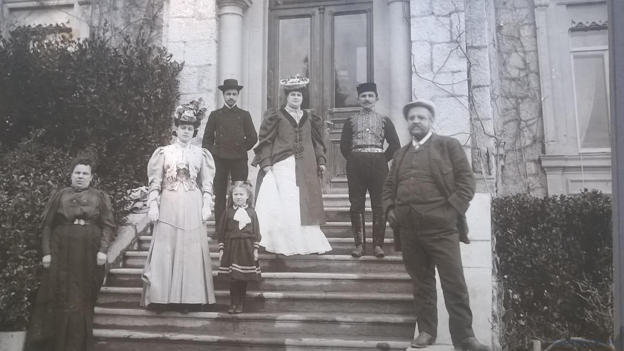 Семья чиновника возле Ливадийского дворца