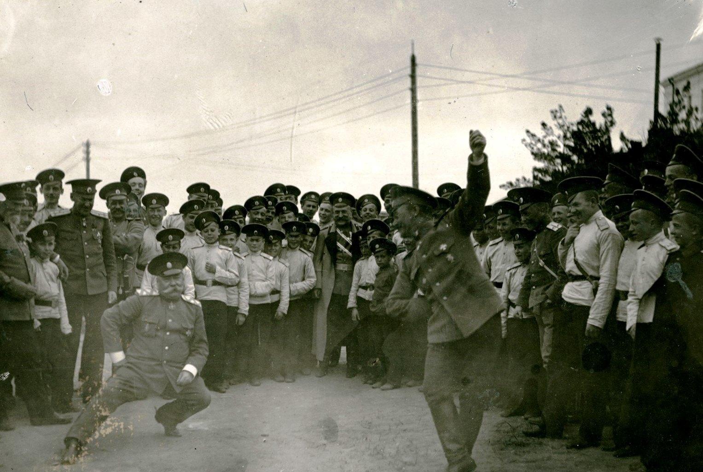 Танец «Казачок» в исполнении генерала Путинцева и подполковника Гомбинского. 1913