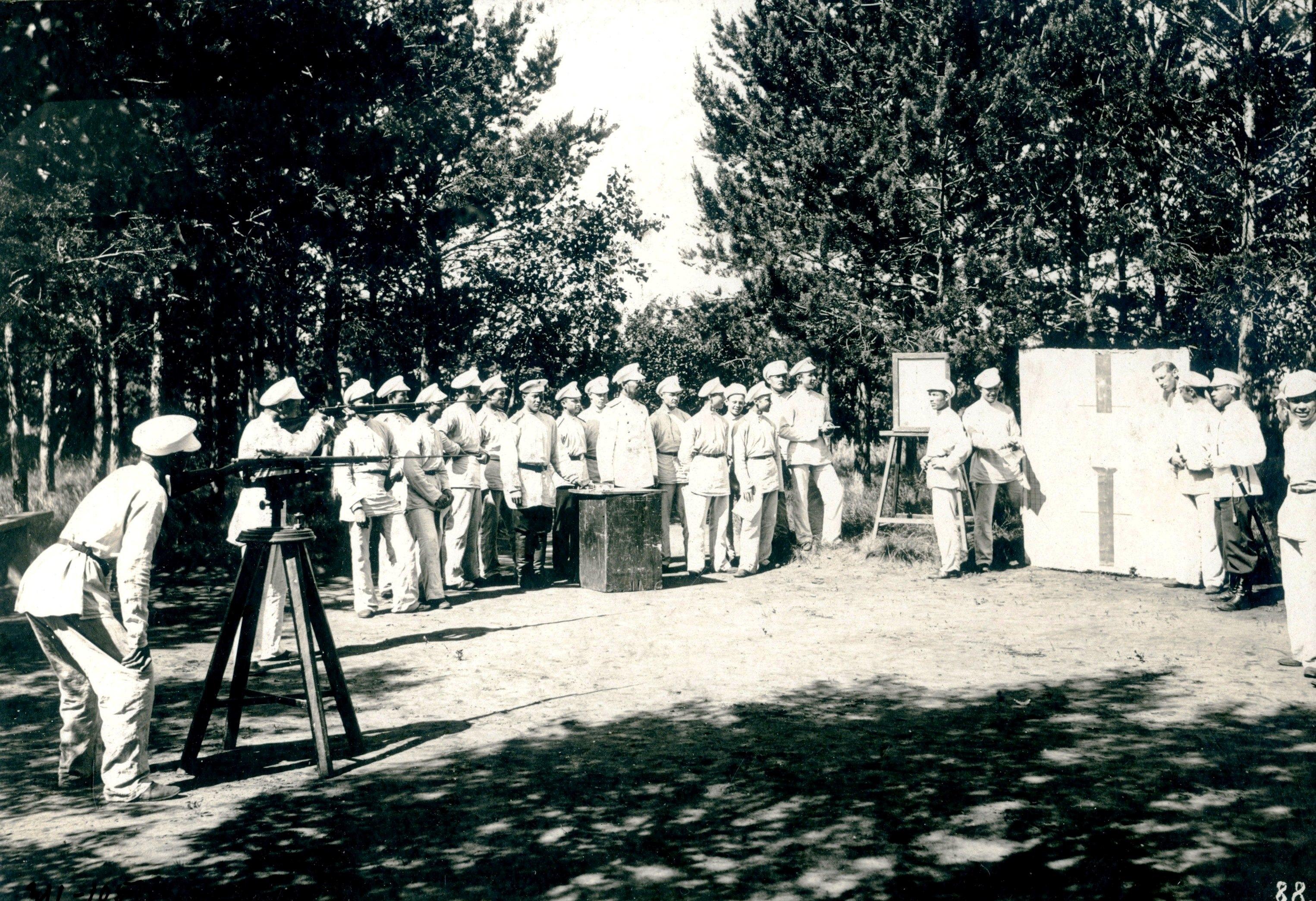 Занятия по стрелковому делу в летнем лагере Сибирского кадетского корпуса.