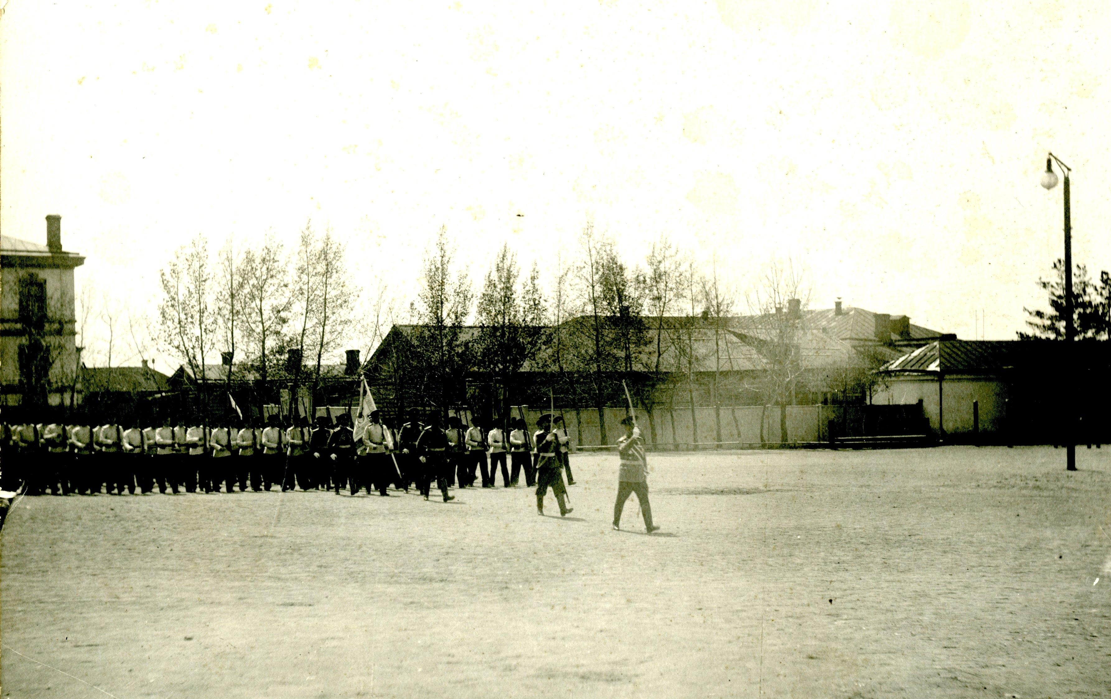 Церемониальный марш кадетского корпуса. Во главе идёт генерал майор Медведев.