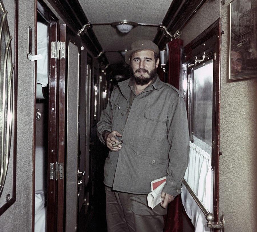 Фидель Кастро в поезде по дороге из Иркутска в Братск.  1963