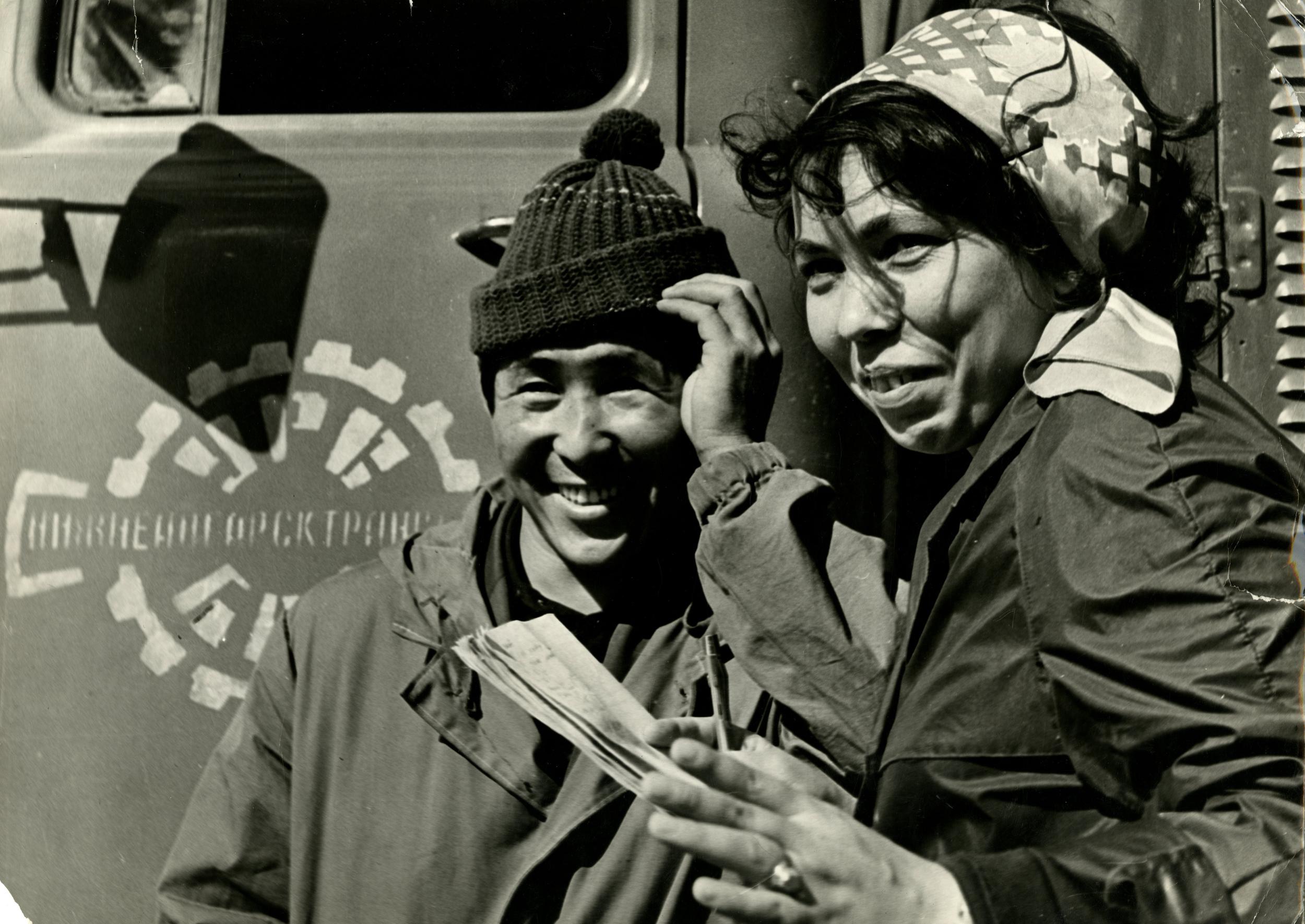1970-е. Мельник Т.Н. «БАМ. Нижнеангарск. У машины»