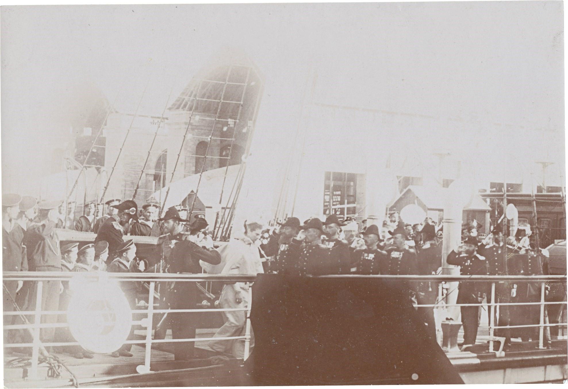 09. Император Николай II, императрица Александра Федоровны и президент Феликс Фор выходят на набережную Шербура
