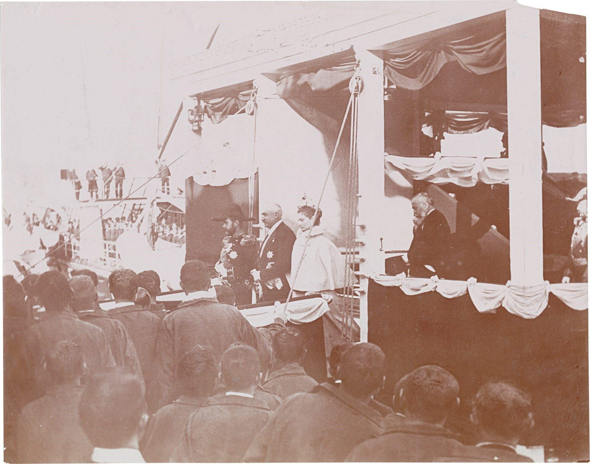 10.  Император Николай II, императрица Александра Федоровны и президент Феликс Фор выходят на набережную Шербура