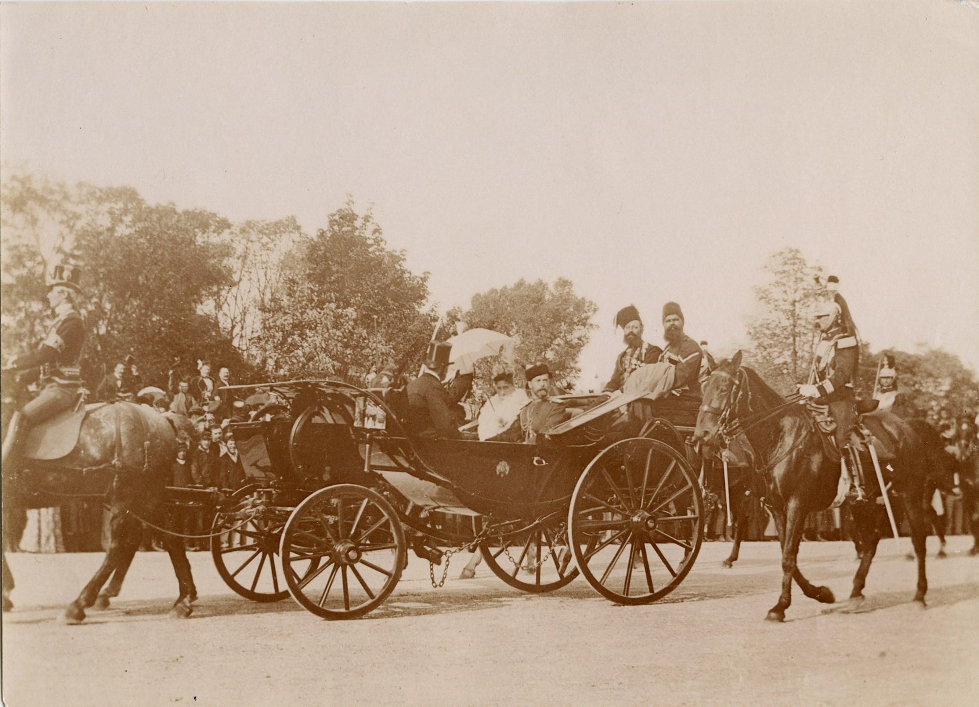 13. Император Николай II, императрица Александра Федоровны и президент Феликс Фор едут по Парижу в сопровождении конвоя кавалергардов.