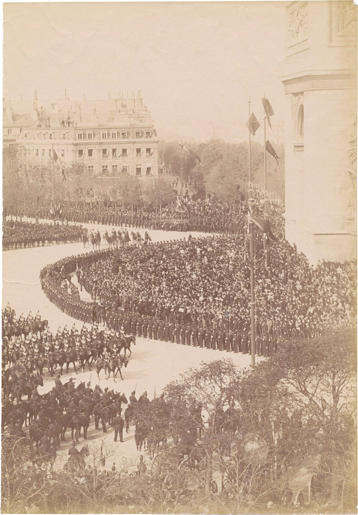 14. Торжественная процессия на улицах Парижа