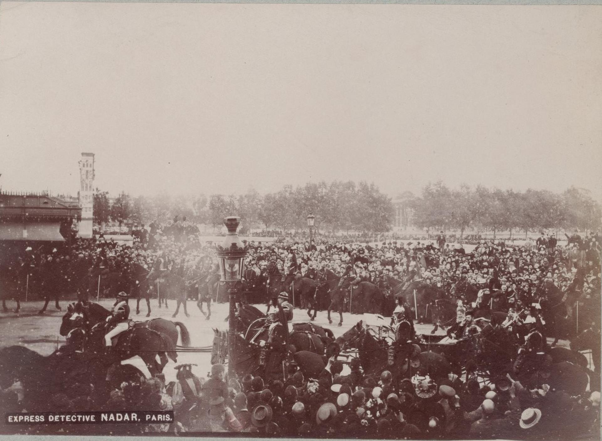 19. Торжественная процессия на улицах Парижа