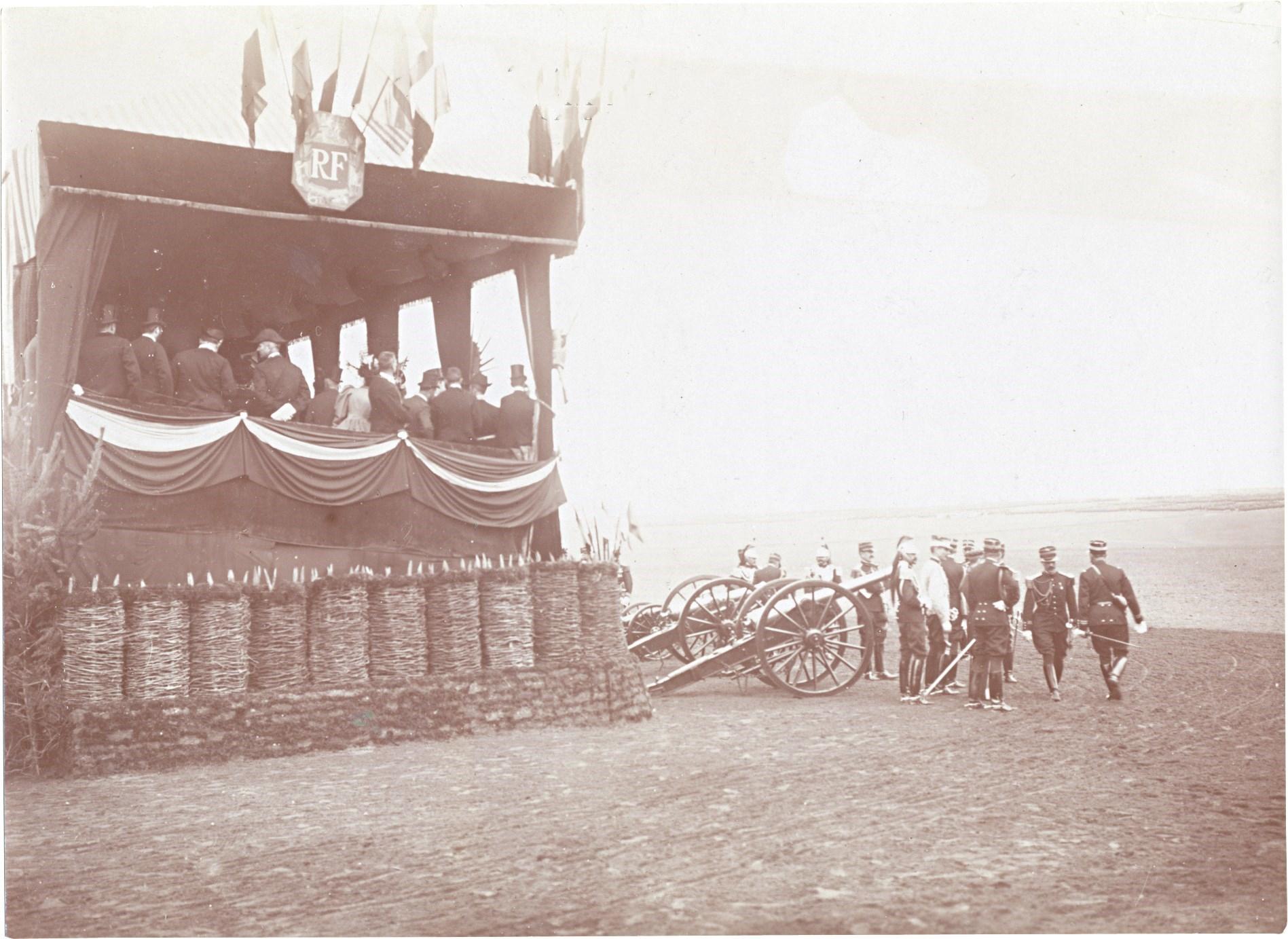 25. Трибуны для почетных гостей перед парадом французских войск в Шалоне
