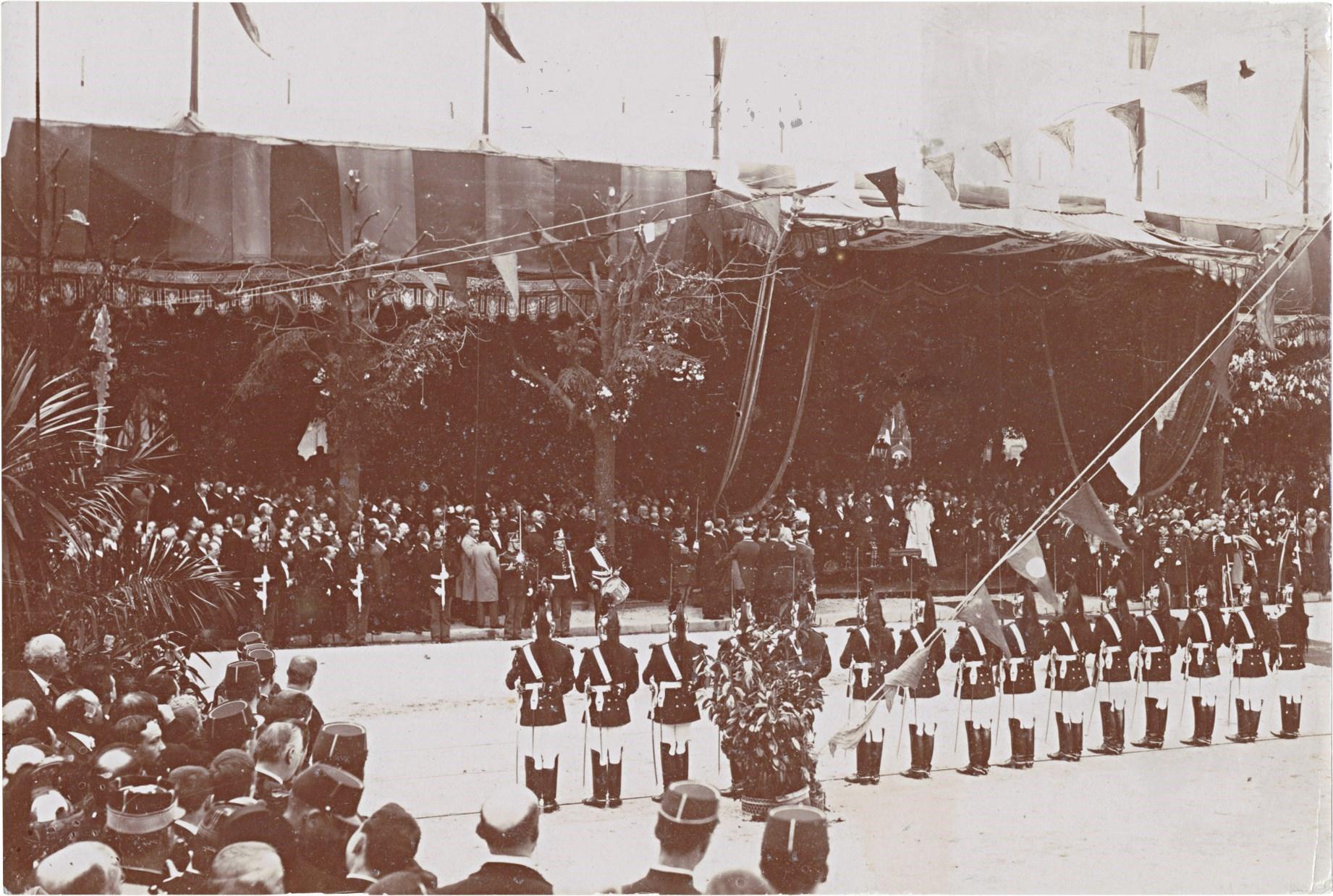 28. Республиканская гвардия перед шатром, устроенным для встречи императора Николая II, императрицы Александры Федоровны и президента Феликса Фора