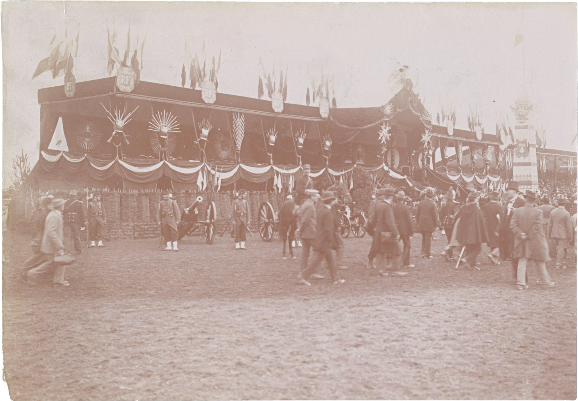 29. Церемониальное приветствие республиканской гвардии перед парадом в честь прибытие императора Николая II и императрицы Александры Федоровны в Париж.