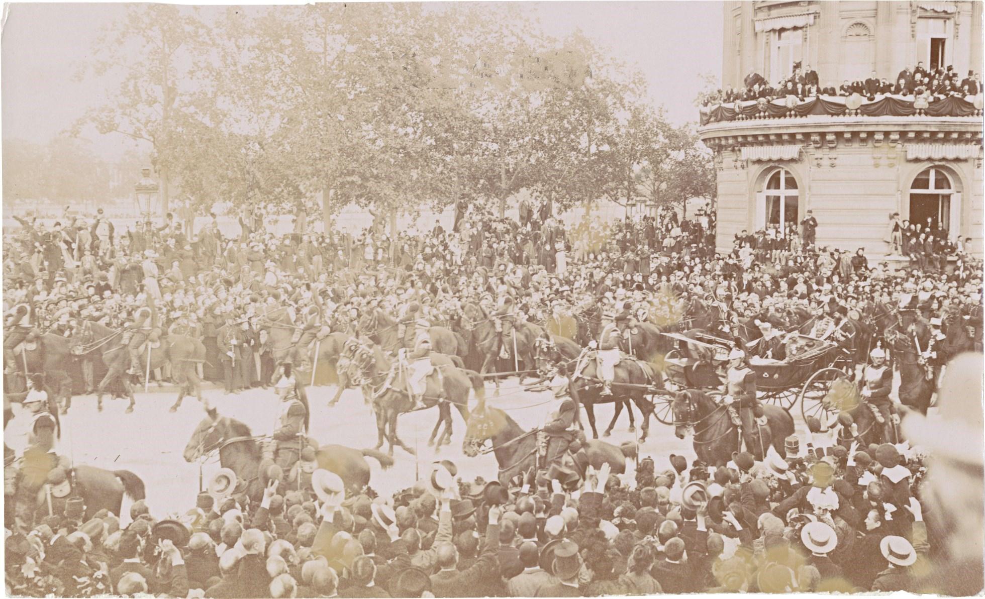 32. Отъезд императрицы Александры Федоровны и императора Николая II в сопровождении эскорта
