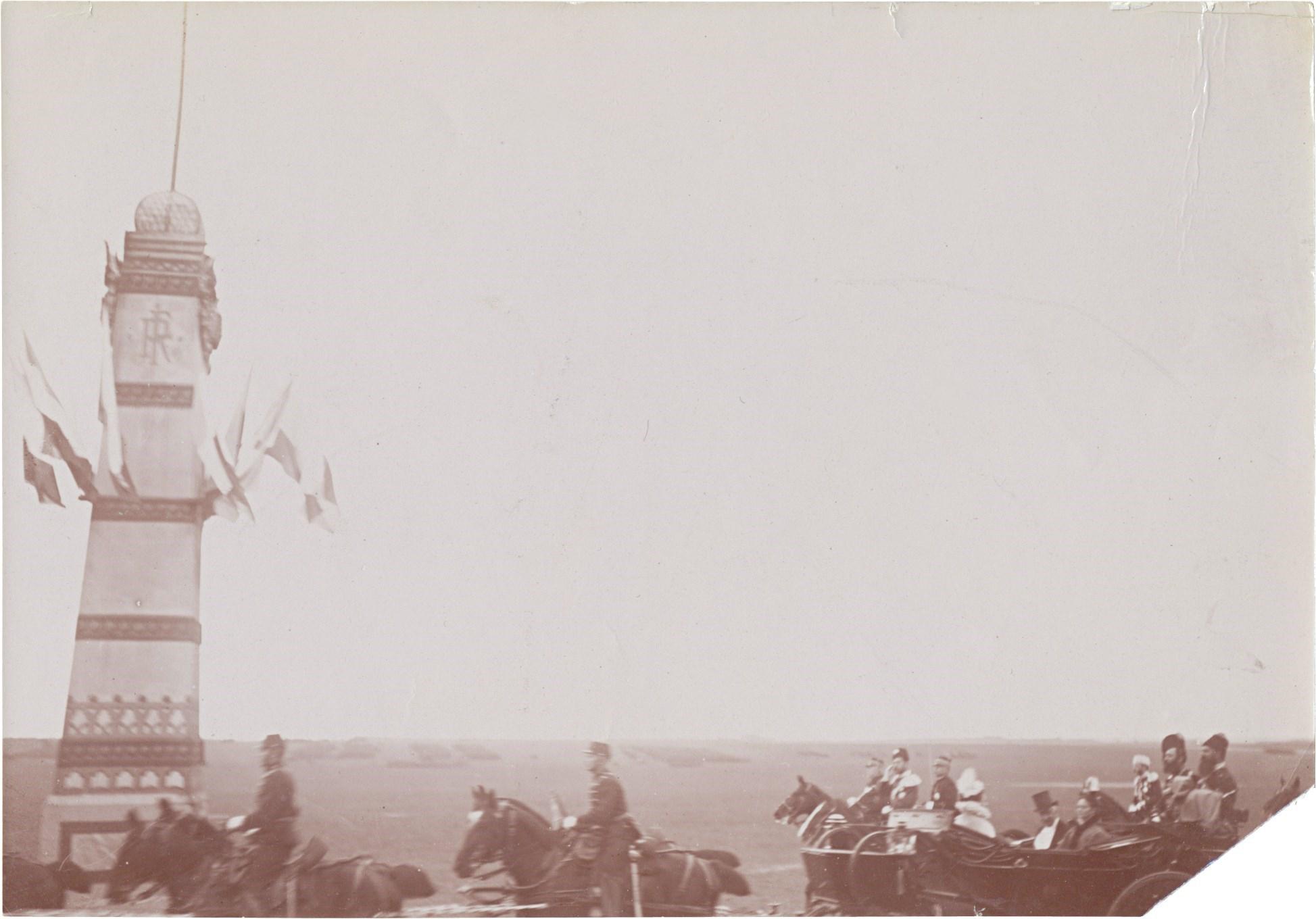 33. Французская кавалерия проходит маршем вслед за кортежем императора Николая II по улицам Парижа