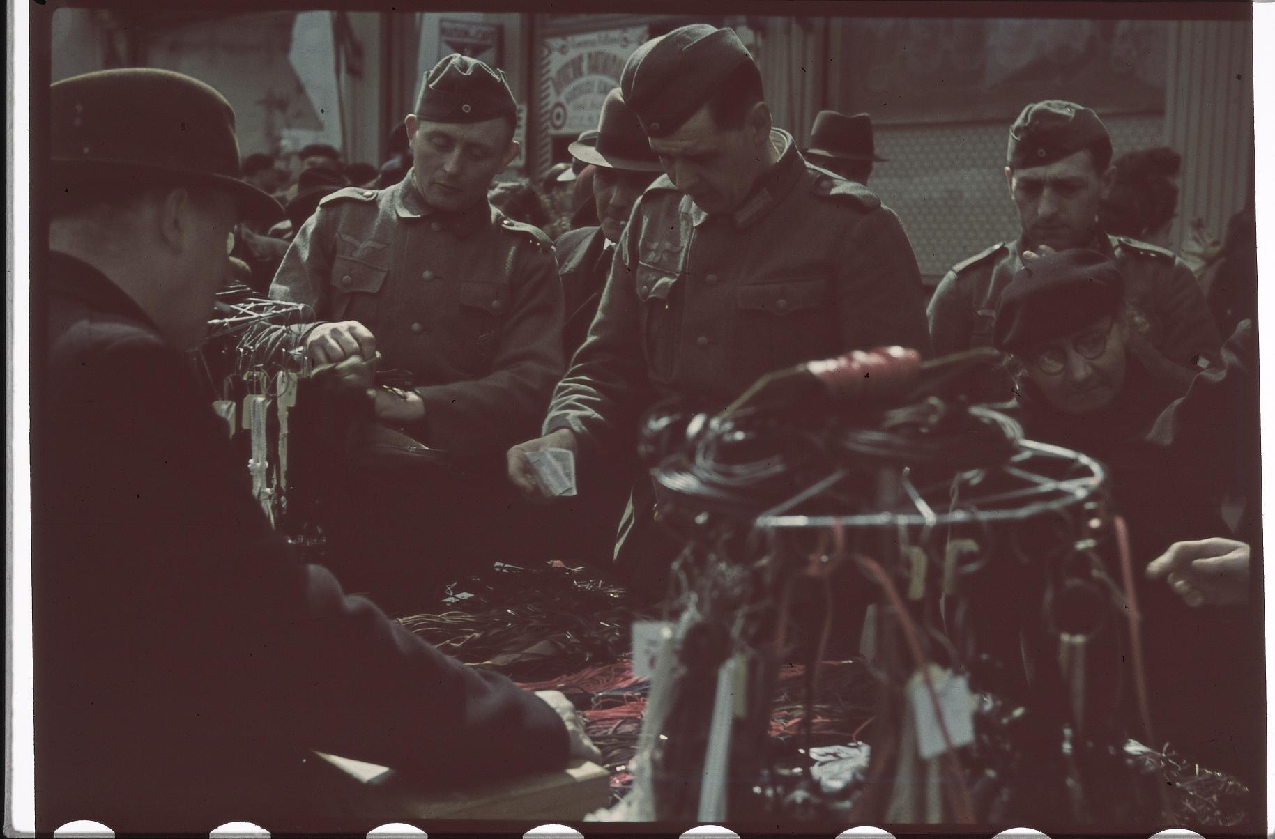 Немецкие солдаты на блошином рынке