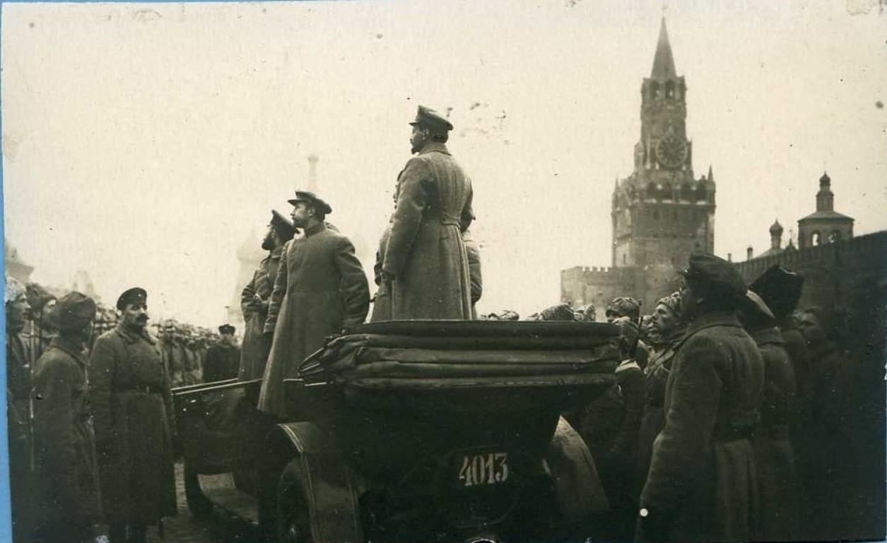 1918. Л.Д.Троцкий и Н.И.Подвойский на смотре Московского гарнизону