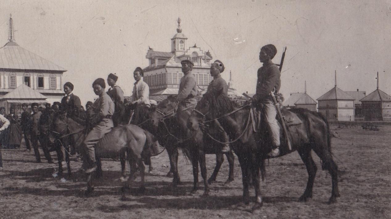 1920-е. Группа кавалеристов на площади. Тюмень