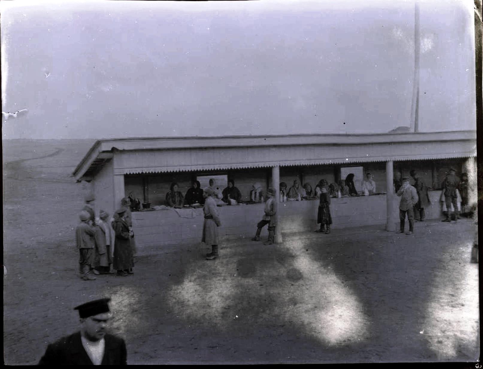 26. Мамлютка, Акмолинская область. Продавщицы на вокзале
