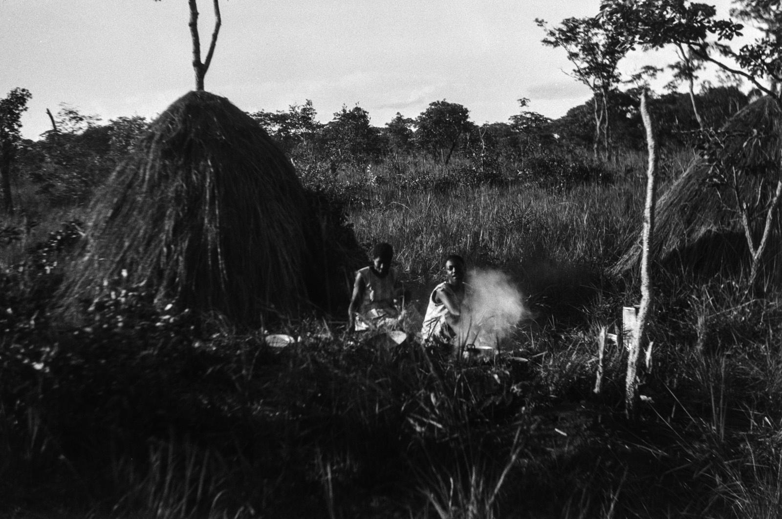 Капири Мпоши. Две женщины народности лунда за разведением костра