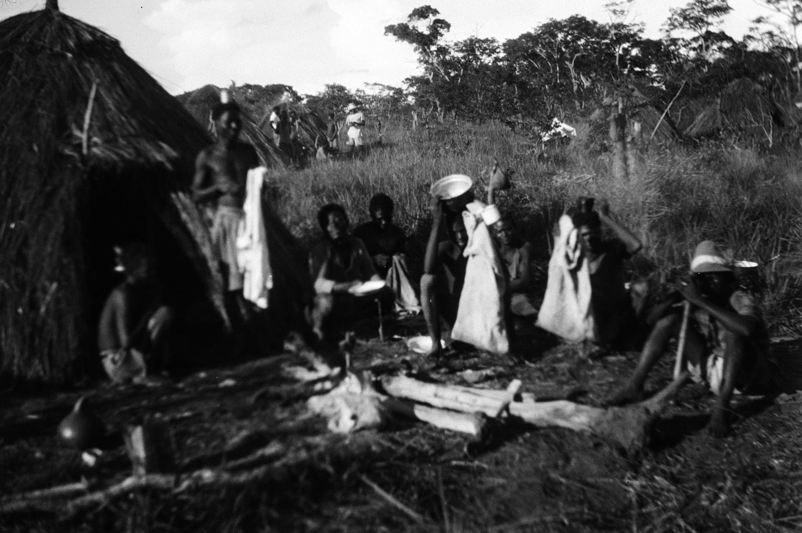 Капири Мпоши. Группа мужчин калвенис перед хижиной во время перерыва