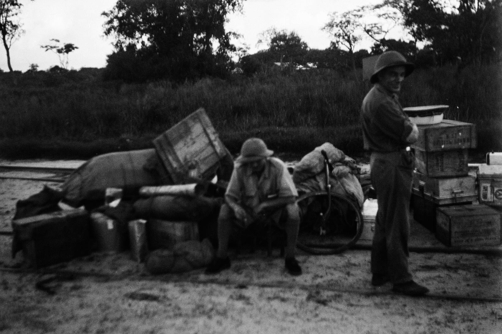 Капири Мпоши. Два члена экспедиции ждут со своим багажом на станции