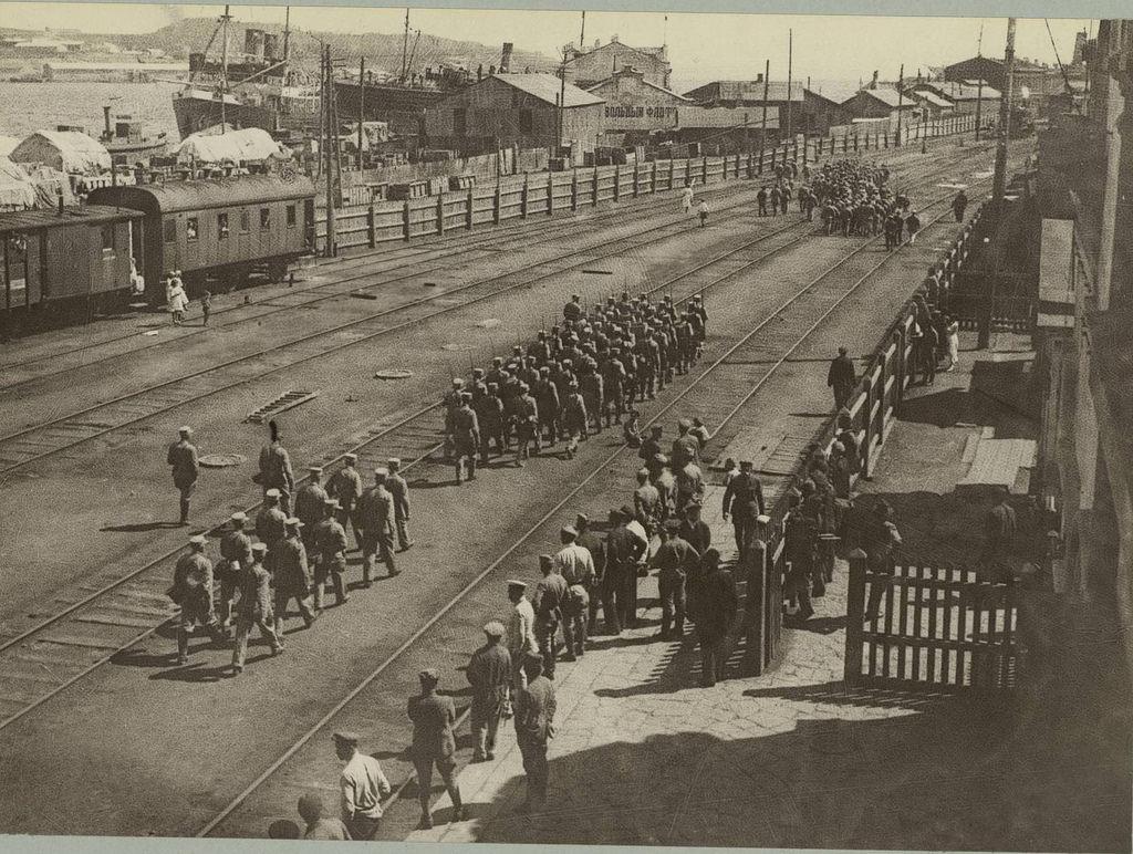 Солдаты идут грузиться на корабль