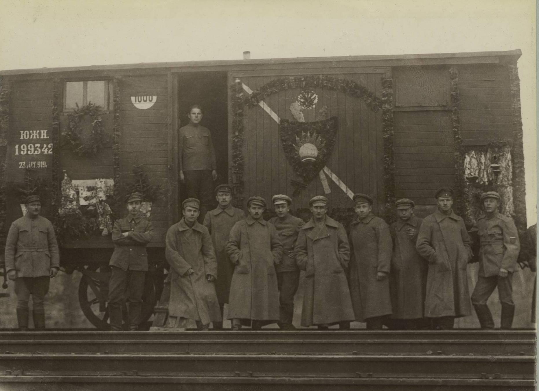 Группа солдат возле своего вагона на станции Кача Енисейской губернии