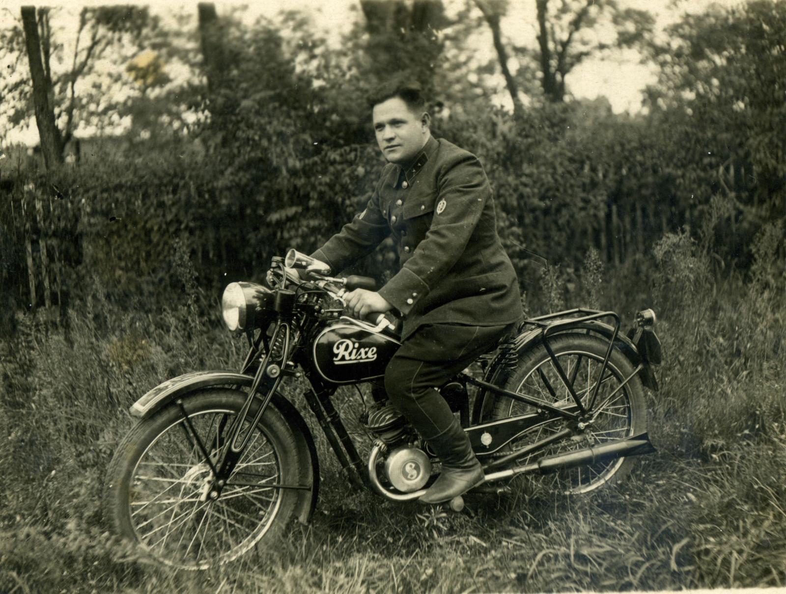 1940-е. Сержант ГБ Капшук Александр Тихонович на мотоцикле Rixe