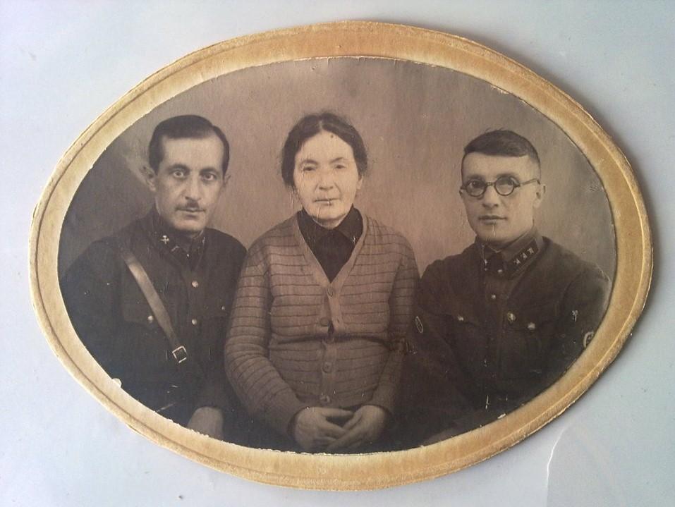 1941. Военный инженер третьего ранга Внутренних Войск НКВД и младший лейтенант Госбезопасности с матерью. Тбилиси