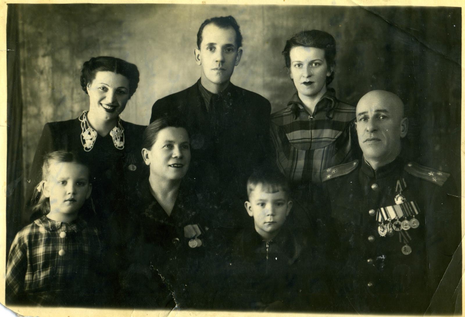1954. Семьи чекистов Никулиных - полковник Никулин Дмитрий Георгиевич (1-й справа в первом ряду) и его супруга, Никулина Екатерина Васильевна (2-я слева в первом ряду)