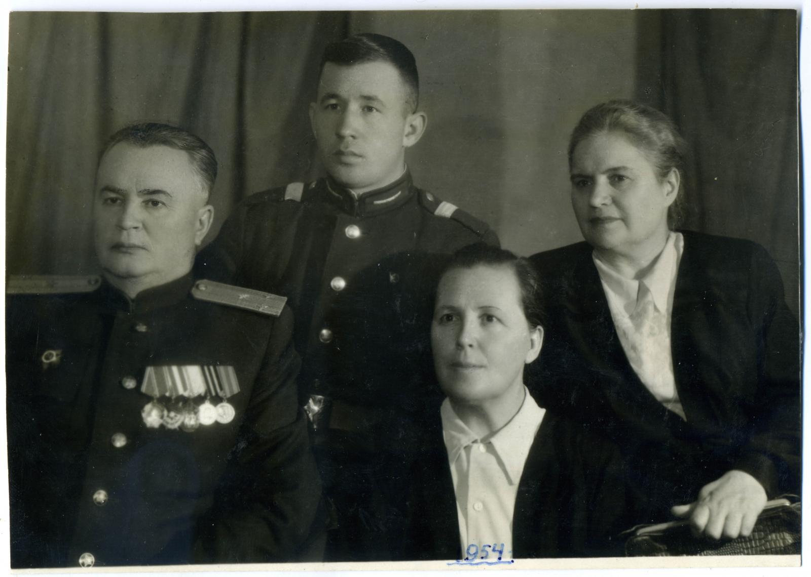 1954. Полковник Маевский в кругу семьи. г. Киев