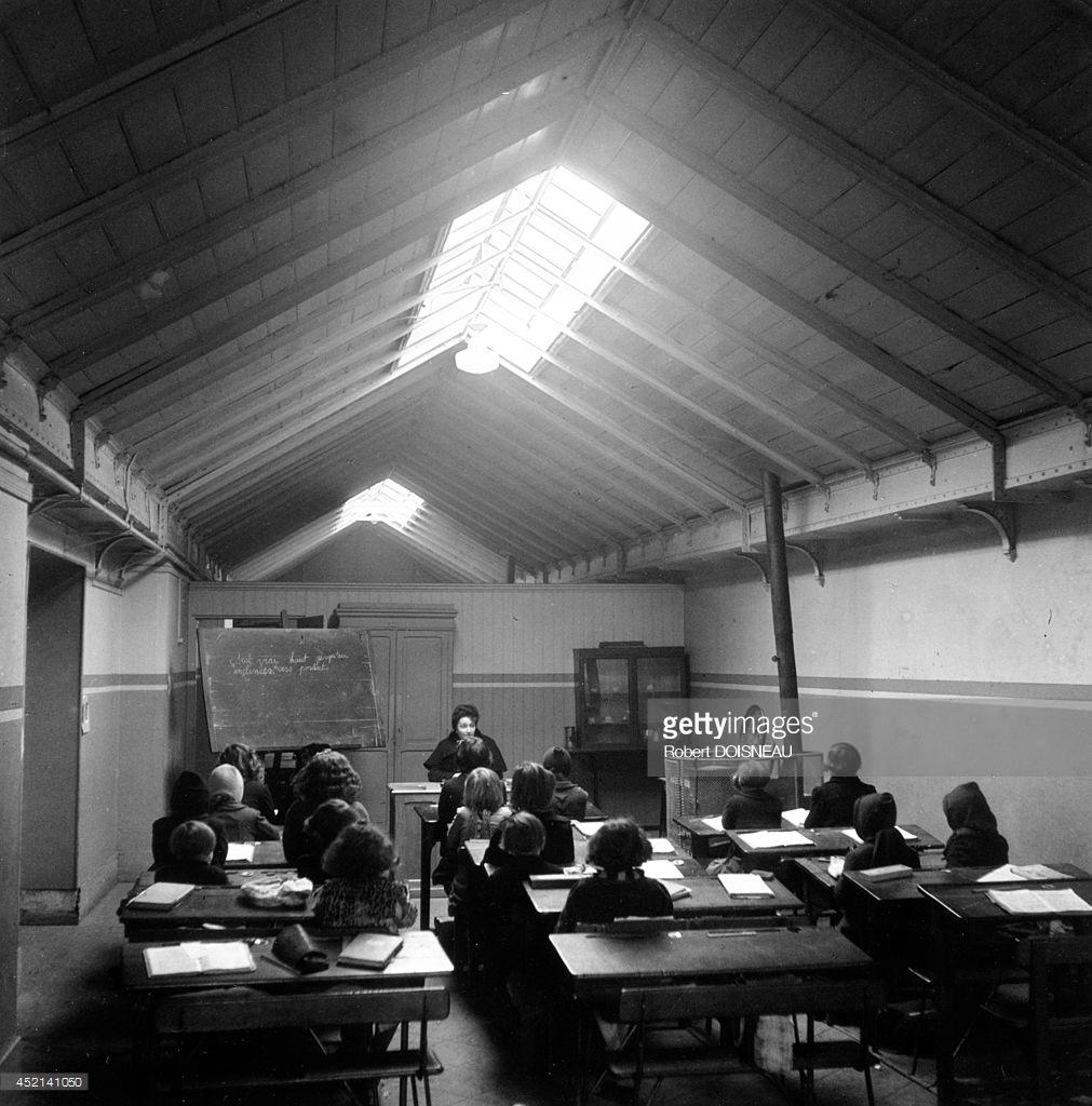 1944. Временное помещение для классных занятий после бомбёжек. Сен-Дени