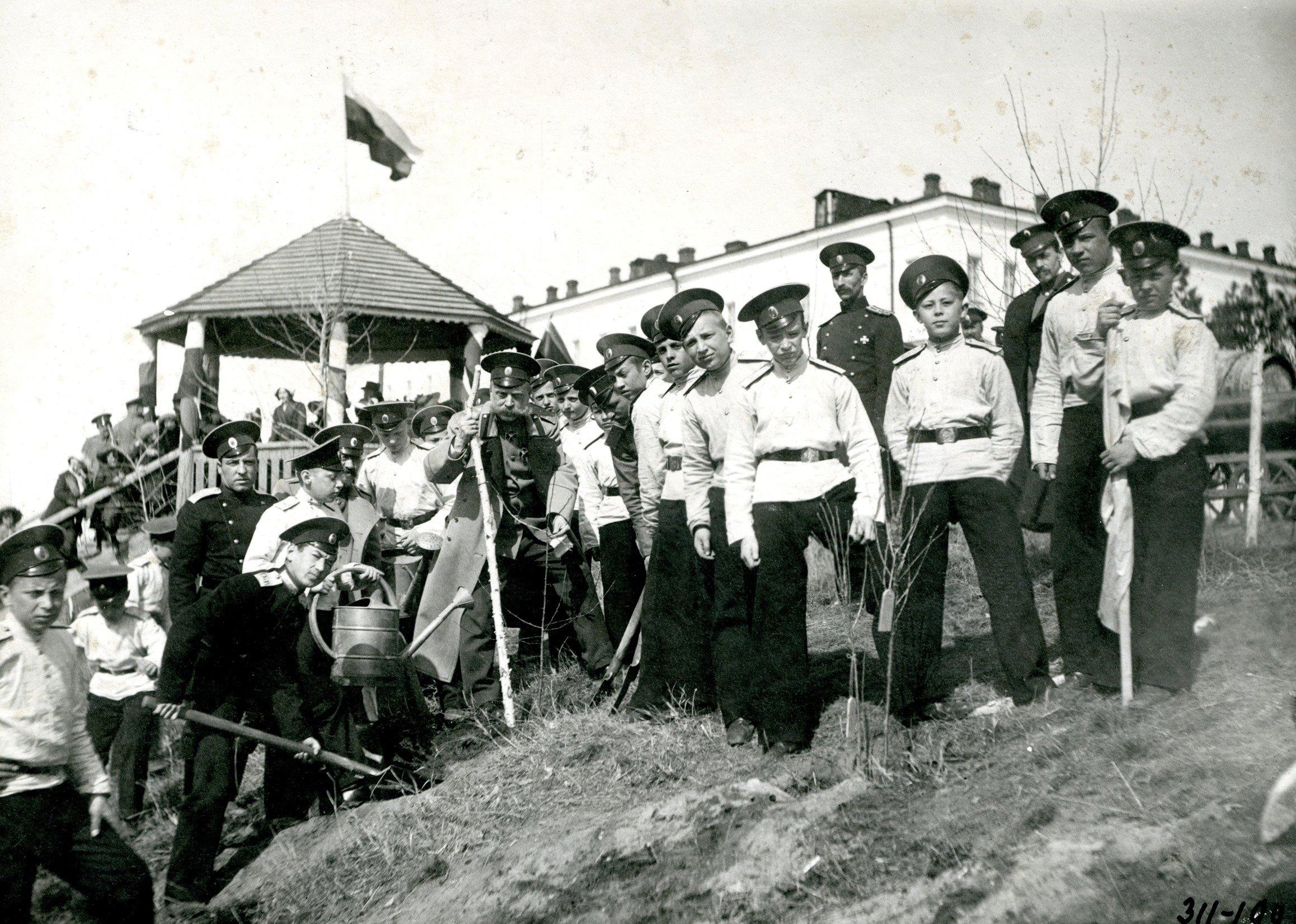 Генерал Медведев и кадеты на празднике древонасаждения