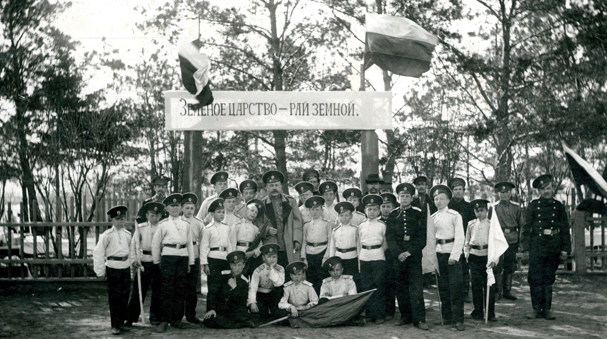 Генерал Медведев и кадеты Омского кадетского корпуса у входа в кадетский сад. 22 апреля.  1912