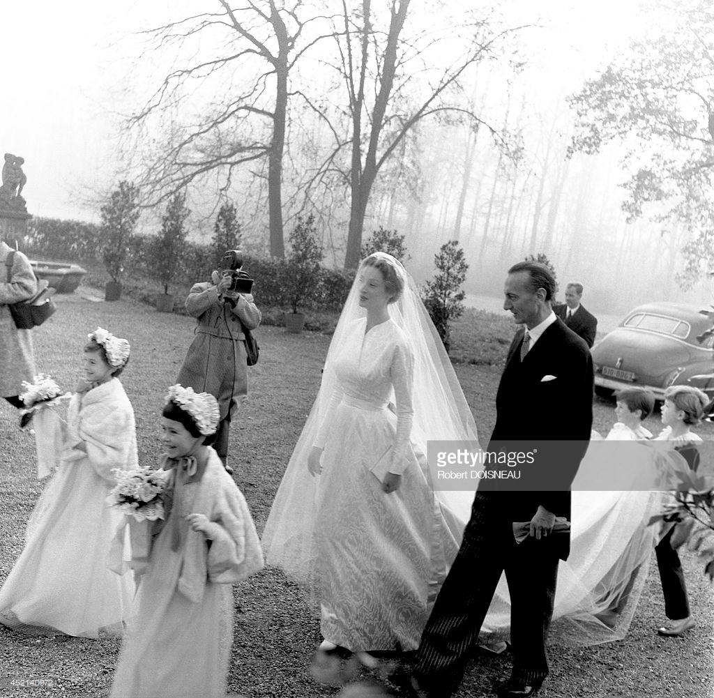 1953. Марелла Караччиоло Ди Кастаньето, ее отец Филиппо Караччиоло и сопровождающие в саду замка Грювель во время свадебной церемонии 19 ноября