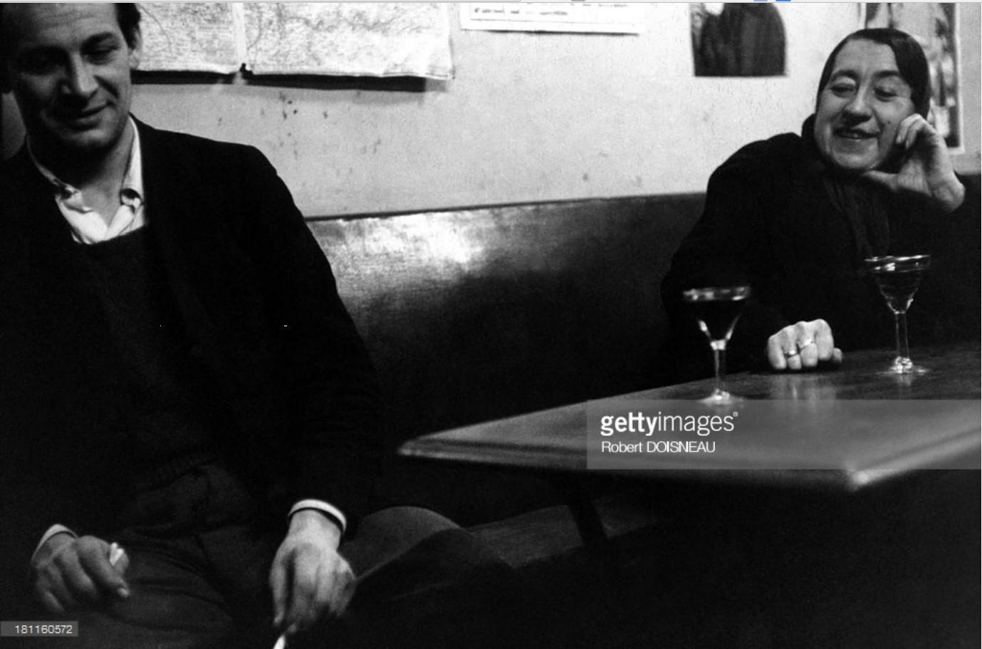 1954. Мадам Рита в кафе на улице на улице Монтань-Сент-Женевьев, 15 февраля