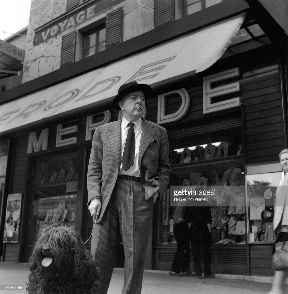 1955. Французский поэт Жак Превер и его собака перед «кафе де ла Мероде»