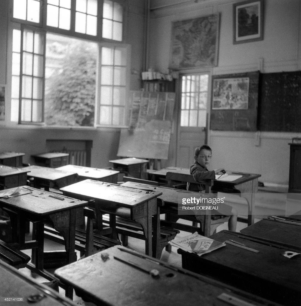 1956. Школьник один в классе школы на улице Буффона
