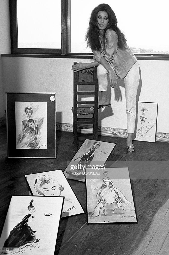 1959. Известная французская модель Виктуар Терон (впоследствии взявшая имя Виктуар Дутрелю) с эскизами Ив Сен-Лорана