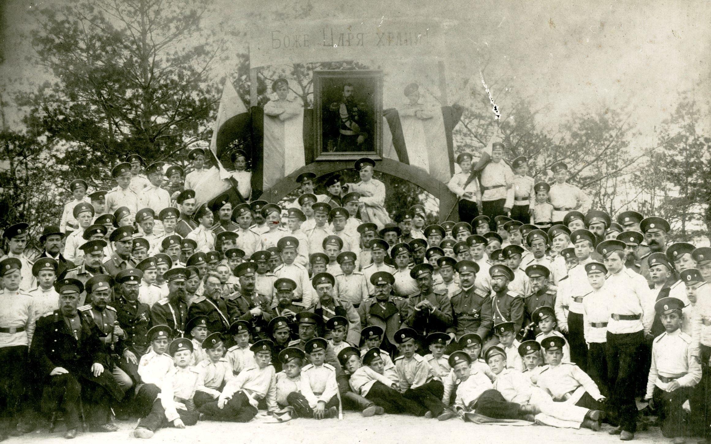Участники юбилейных торжеств у входа в кадетский сад